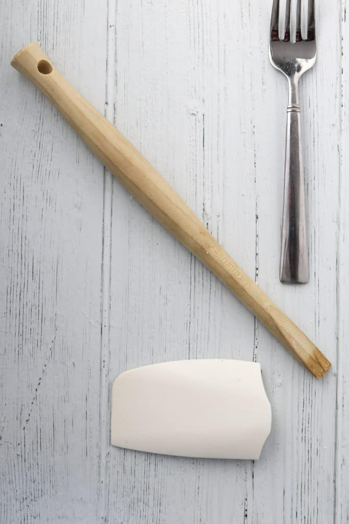 Spatula and spoon on a wooden surface